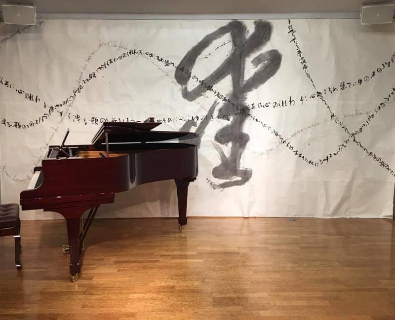 o0960077913916137973 - クラシックコンサートの壁書